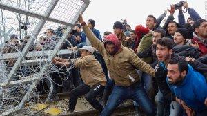 migranten-door-afrastering-hek