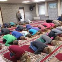 Stop het 'bidden' van schoolkinderen in de moskee!