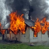 Het huis staat in brand maar niemand komt helpen blussen